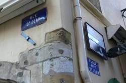 À l'angle de la rue Saint-Jean et de la place neuve Saint-Jean : détail