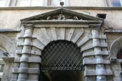 [Maison du Crible, 16 rue du Boeuf : adoration sculptée au fronton]