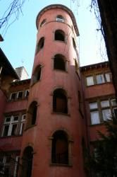 """La """"Tour rose"""" dans la cour de la maison du Crible"""