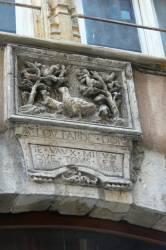 Scène sculptée au fronton d'une porte