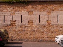Le Quartier Sergent-Blandan : détail du mur d'enceinte