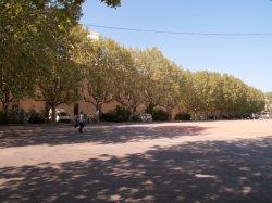Le Quartier Sergent-Blandan : la place d'armes et un des bâtiments