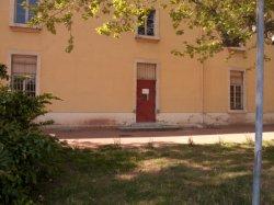 Le Quartier Sergent-Blandan : une petite porte rouge sur un bâtiment