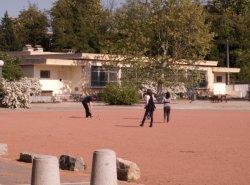 Le Quartier Sergent-Blandan : étudiants jouant aux boules sur la place d'armes