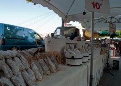 Un charcutier sur le marché du quai des Célestins