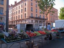 Un étal de légumes sur le marché du quai des Célestins