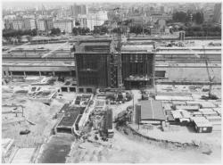 [Construction des bâtiments centraux de la gare]