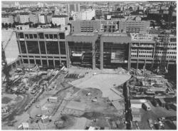 [Construction des bâtiments jouxtant la gare et de la place centrale]