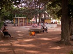 Le Jardin des Tout-Petits à Villeurbanne : la loge de la gardienne et le labyrinthe