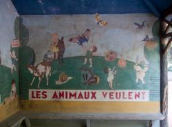 Le Jardin des Tout-Petits à Villeurbanne, le mur de droite du préau