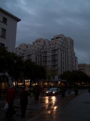 Un Gratte-Ciel vu depuis l'avenue Aristide-Briand, le soir