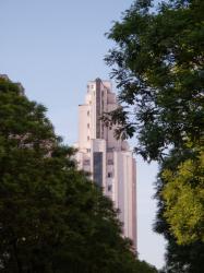 Une des tours des Gratte-ciel vu depuis l'avenue Henri-Barbusse
