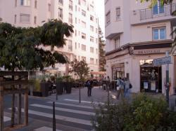 La terrasse d'une brasserie sur la rue Michel-Servet