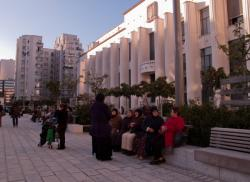 Un groupe de femmes discutant sur la place Lazare-Goujon. Au fond l'hôtel de ville et un Gratte-Ciel