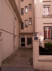 La Résidence Michel-Servet vue depuis la rue Michel-Servet : une entrée