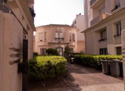 La Résidence Michel-Servet vue depuis la rue Michel-Servet : la maison du surveillant