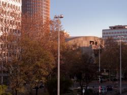 L'Auditorium Maurice-Ravel et la Tour LCL vus depuis la passerelle Garibaldi