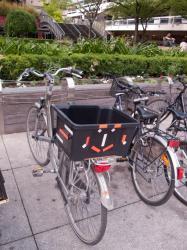 Un vélo avec un panier personnalisé rue Docteur Bouchut