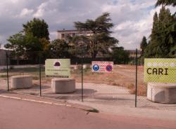 Une friche et le lycée Pierre Brossolette vus depuis le cours Emile-Zola