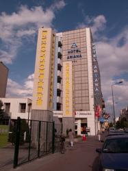 L'entrée du lycée Pierre-Brossolette et l'Hôtel Ariana vus depuis le cours Emile-Zola