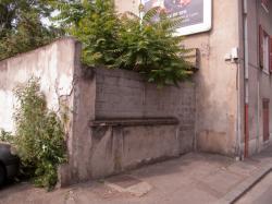 Une parcelle de terrain murée sur la rue Francis de Pressensé