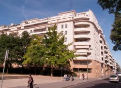 Un immeuble en bordure du Parc du Centre vu depuis la rue Francis de Pressensé