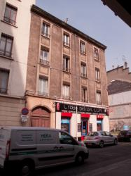 Un immeuble encore habité voué à la démolition rue Léon-Chomel