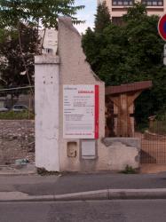 """Terrain en friche avec un panneau """"Permis de démolir"""" sur la rue Léon-Chomel"""