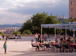Le haut de la Montée de la Grande-Côte : une terrasse de café