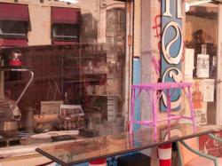 La devanture d'un brocanteur rue des Pierres Plantées