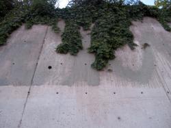 Mur de soutènement en béton des gradins de la place Charles de Gaulle sur la rue Servient