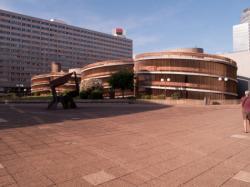Les rampes d'accès au parking du Centre commercial de la Part-Dieu sur la dalle