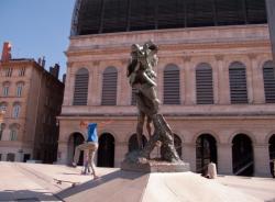 Garçons faisant du skate sur une statue de la place Louis-Pradel