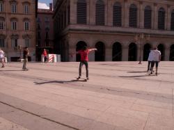 Garçons faisant du skate sur la place Louis-Pradel