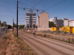 Chantier de prolongement de la rue Mouton-Duvernet et de la T4 vu depuis la Ligne de l'Est (T3) : un cycliste