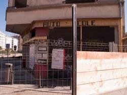 Chantier de prolongement de la rue Mouton-Duvernet et de la T4 : immeuble en cours de démolition vu depuis le carrefour des rues Paul-Bert et de la Villette