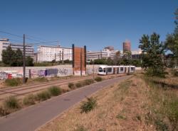 Chantier de prolongement de la rue Mouton-Duvernet et de la T4, la Ligne de l'Est (T3) : la piste cyclable, une rame T3