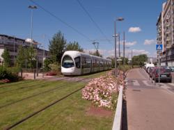 La Ligne de l'Est (T3) et la piste cyclable de Meyzieu à la Part-Dieu vues depuis la rue Jean-Pierre Lévy