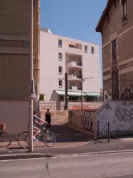 La Ligne de l'Est (T3) et la piste cyclable de Meyzieu à la Part-Dieu vues depuis la rue Lacassagne