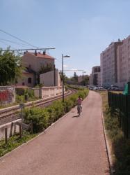 La Ligne de l'Est (T3) et la piste cyclable de Meyzieu à la Part-Dieu, un cycliste