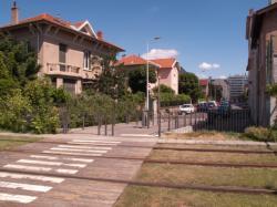 Une maison avec un jardin et la rue Claudius Penet en bordure de la Ligne de l'Est (T3)