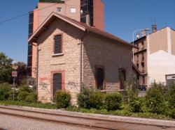 Une gare ou une maison de garde-barrière sur la Ligne de l'Est (T3) vue depuis la route de Genas