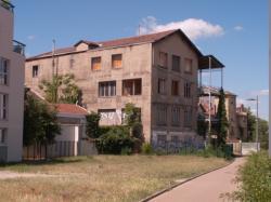 Une usine désaffectée en bordure de la piste cyclable de Meyzieu à la Part-Dieu