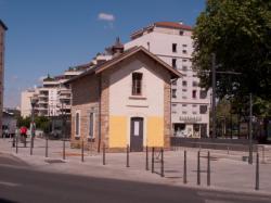 Une gare ou une maison de garde-barrière sur la Ligne de l'Est (T3) vue depuis l'avenue Lacassagne