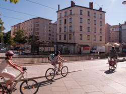 La Station Dauphiné Lacassagne sur la Ligne de l'Est (T3), des cyclistes