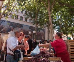 Marché de la place Guichard, étal de fruits et légumes