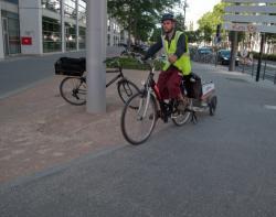 Rue de la Villette : piste cyclable, cyclistes et employé de JC Decaux