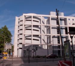 Parking au carrefour de l'avenue Georges-Pompidou et de la rue de la Villette