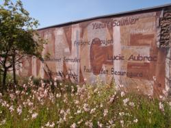 Rue Jean-Pierre Lévy : mur peint La Résistance le long de la ligne T8