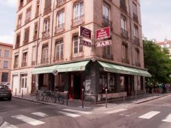 Un immeuble avec un café rue Sébastien-Gryphe